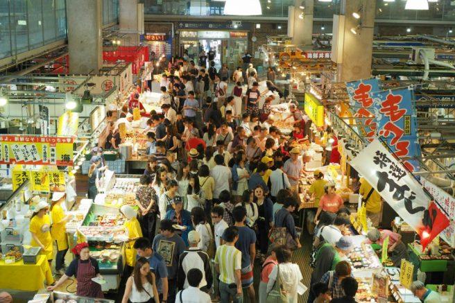 鮮魚の一大フードコート『唐戸市場』
