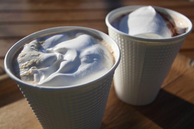 ココアに冷たい濃厚なホイップクリーム