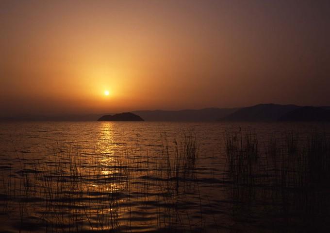 滋賀県のすばらしい景観 夕日の琵琶湖