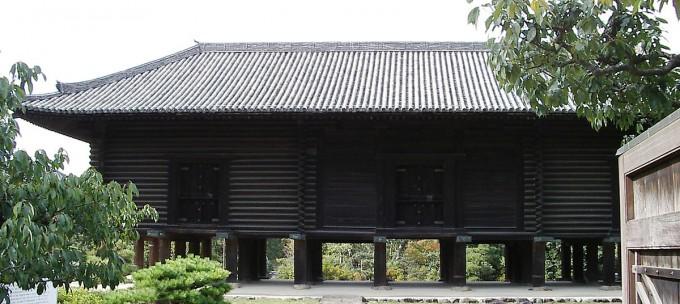 公園の中に高床式倉庫「正倉院」がある