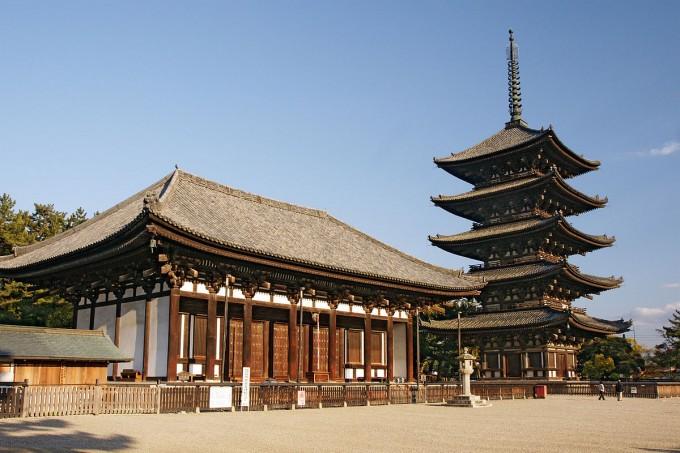 公園の中に五重塔で知られる「興福寺」がある