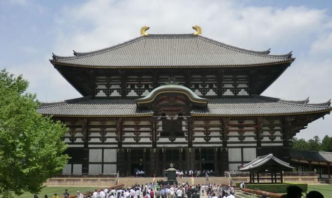 公園の中に奈良の大仏で有名な「東大寺」がある