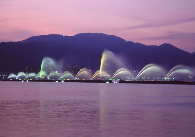 春の壮大な水のショー「びわこ花噴水」/滋賀県大津市