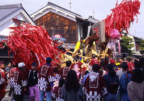 滋賀県に春の到来を告げる「左義長」/近江八幡市