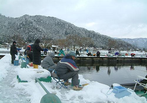冬の滋賀県 湖北の名物「余呉湖のわかさぎ釣り」