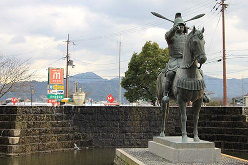 滋賀県の偉人 築城の名人「高虎公騎馬像」