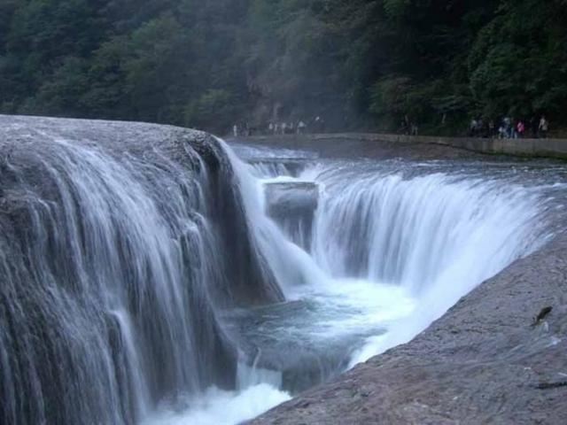 吹き割(ふきわれ)の滝
