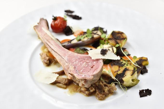 オーストラリア産 仔羊背肉のロースト ホワイトアスパラガス すね肉の煮込みソース添え
