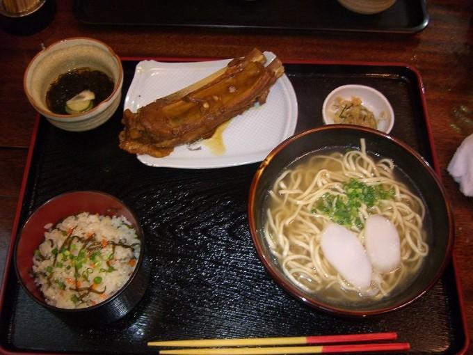 沖縄そば海産物料理店楚辺