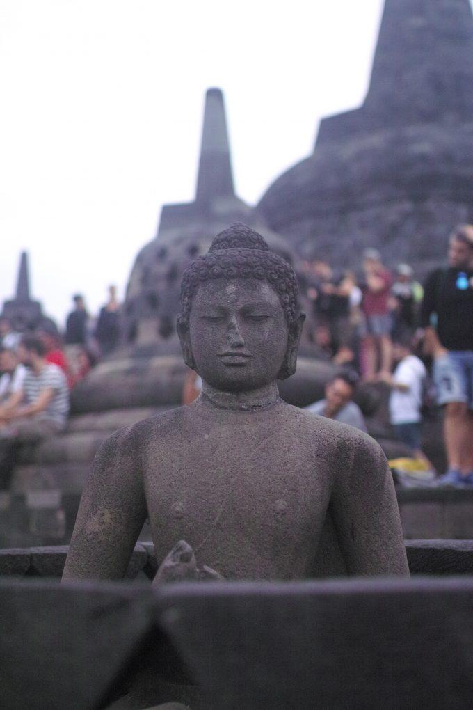 無の世界を表現するストゥーパと幸福の仏像