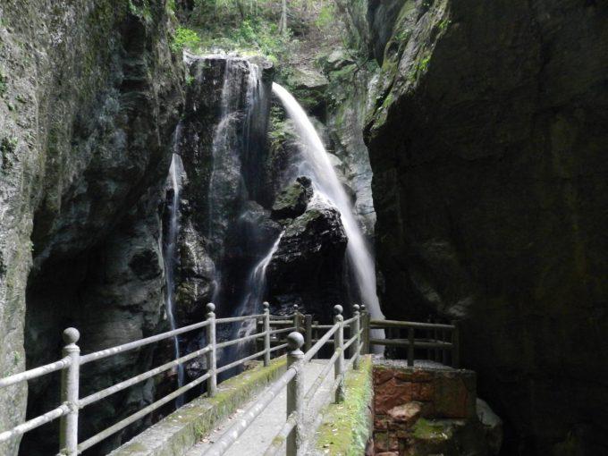 洞窟の中にいるような気分になる「雨竜の滝」