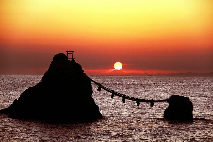 夫婦岩の間から昇る朝日