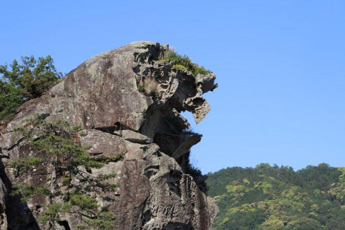 朝日を咥える獅子岩
